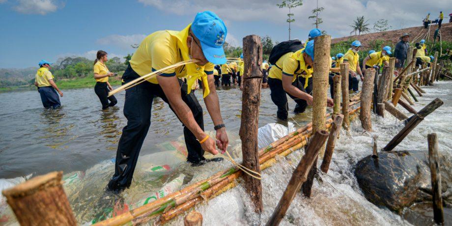 ทหารพรานจิตอาสา ร่วมกับ ชาวบ้านสร้างฝายชะลอน้ำล้น