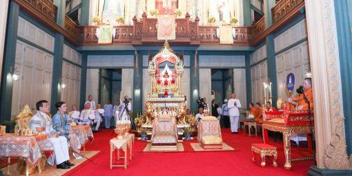 พระบาทสมเด็จพระเจ้าอยู่หัว และสมเด็จพระนางเจ้า ฯ พระบรมราชินี เสด็จพระราชดำเนินไปในการ ทรงบำเพ็ญพระราชกุศลอุทิศถวายพระบาทสมเด็จพระมงกุฎเกล้าเจ้าอยู่หัว เนื่องในโอกาสวันคล้าย วันสวรรคต
