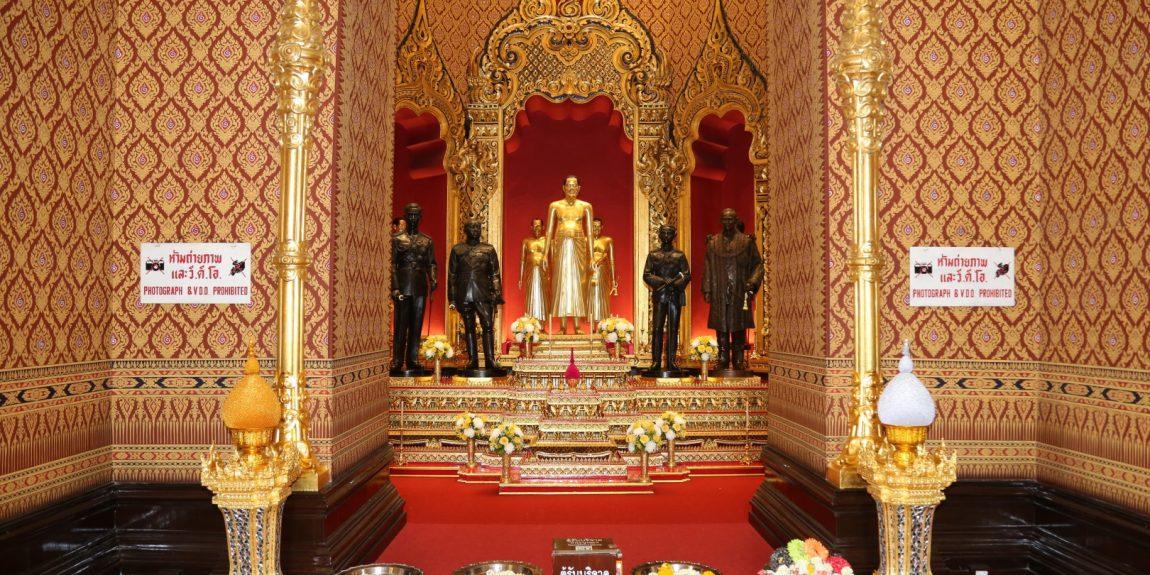 พระบาทสมเด็จพระเจ้าอยู่หัว ทรงพระกรุณาโปรดเกล้าโปรดหม่อมพระราชทานพระบรมราชานุญาตให้ประชาชนเข้ากราบถวายบังคมพระบรมรูป สมเด็จพระบูรพมหากษัตริยาธิราช ณ ปราสาทพระเทพบิดร พระบรมมหาราชวัง