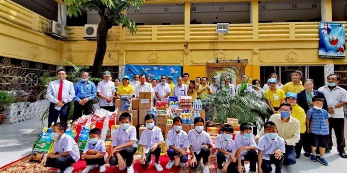 ดกิจกรรมจิตอาสาร่วมกับวัดไทยแจกสิ่งของให้กับเด็กกำพร้า