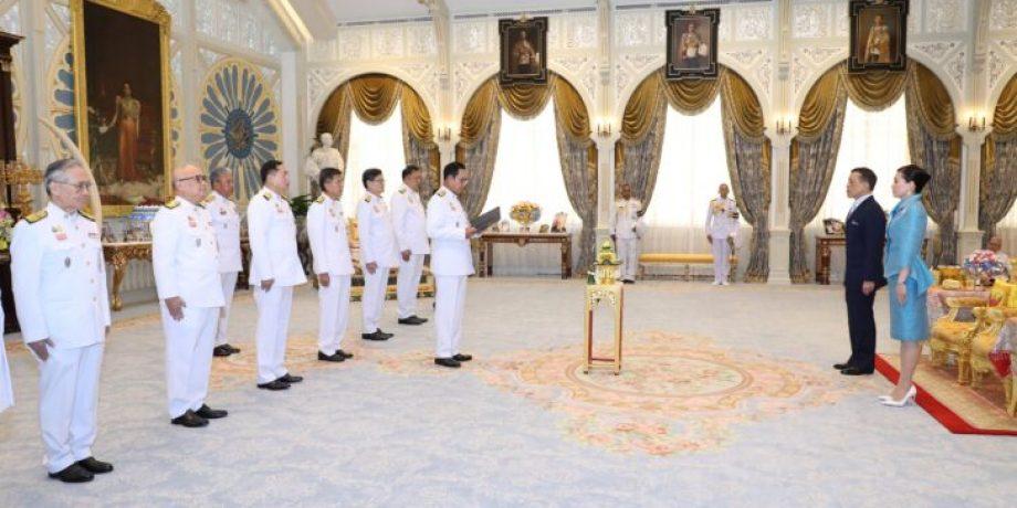 พระบาทสมเด็จพระเจ้าอยู่หัว พระราชทานพระบรมราชวโรกาสให้ พลเอก ประยุทธ์ จันทร์โอชา นายกรัฐมนตรี นำ คณะรัฐมนตรี ซึ่งทรงพระกรุณาโปรดเกล้าโปรดกระหม่อมแต่งตั้งใหม่ เฝ้าทูลละอองธุลีพระบาท ถวายสัตย์ปฏิญาณก่อนเข้ารับหน้าที่