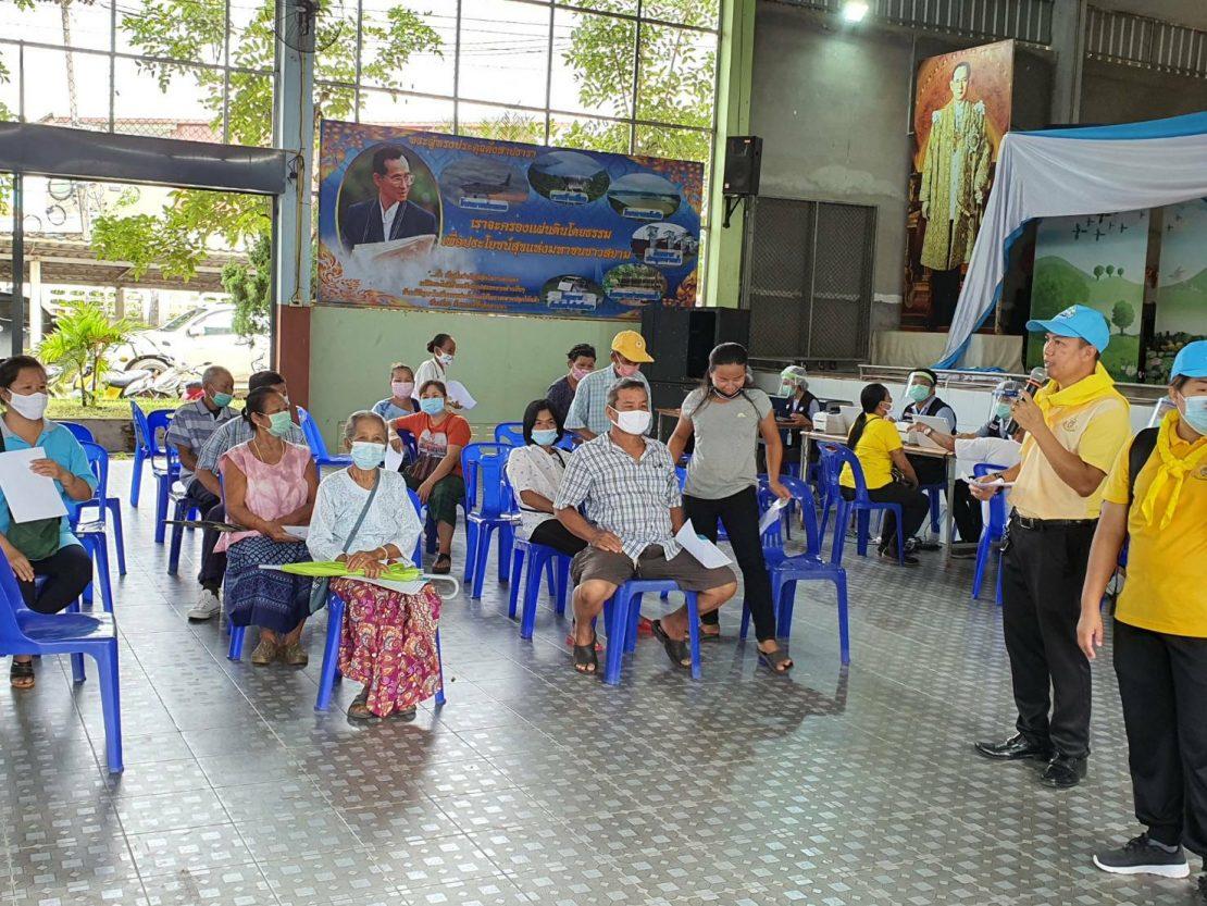 """""""รถชีวนิรภัยพระราชทาน"""" ออกตรวจเชื้อโควิด-19 ให้ ราษฎรไทย-ชาวเมียนมา อ.แม่สอด จ.ตาก ฟรี!"""
