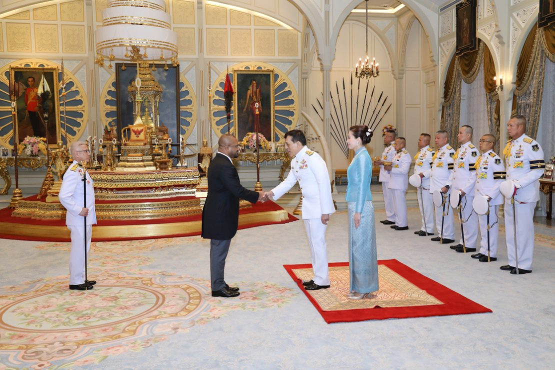พระบาทสมเด็จพระเจ้าอยู่หัว และสมเด็จพระนางเจ้า ฯ พระบรมราชินี เสด็จออก ณ พระที่นั่งอัมพรสถาน พระราชวังดุสิต พระราชทานพระบรมราชวโรกาสให้ เอกอัครราชทูตต่างประเทศประจำประเทศไทย เฝ้าทูลละอองธุลีพระบาท ถวายอักษรสาส์นตราตั้ง