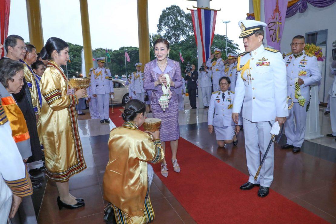 พระบาทสมเด็จพระเจ้าอยู่หัว และสมเด็จพระนางเจ้า ฯ พระบรมราชินี เสด็จพระราชดำเนินไปพระราชทานปริญญาบัตรแก่ผู้สำเร็จการศึกษาจากมหาวิทยาลัยราชภัฏศรีสะเกษ และมหาวิทยาลัยราชภัฏอุบลราชธานี