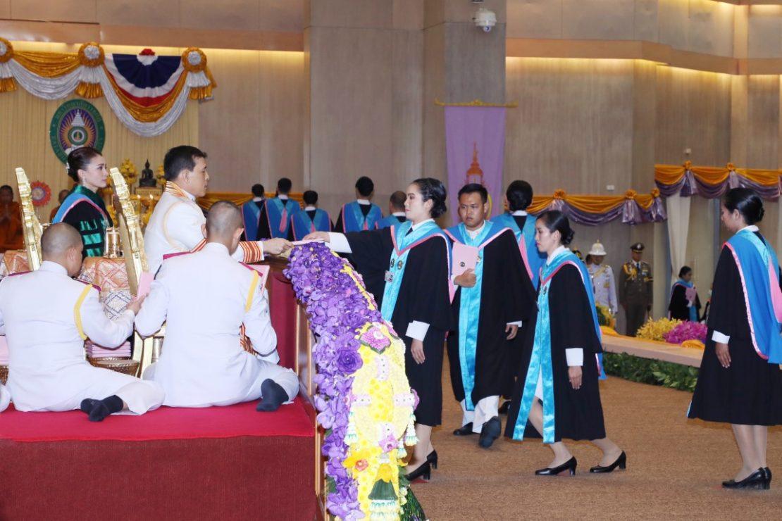 พระบาทสมเด็จพระเจ้าอยู่หัว และสมเด็จพระนางเจ้า ฯ พระบรมราชินี เสด็จพระราชดำเนินไปพระราชทานปริญญาบัตรแก่ผู้สำเร็จการศึกษาจากมหาวิทยาลัยราชภัฏสุรินทร์ และมหาวิทยาลัยราชภัฏเลย