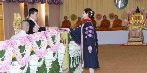 พระบาทสมเด็จพระเจ้าอยู่หัว และสมเด็จพระนางเจ้า ฯ พระบรมราชินี เสด็จพระราชดำเนินไปพระราชทานปริญญาบัตรแก่ผู้สำเร็จการศึกษาจากมหาวิทยาลัยราชภัฏร้อยเอ็ด และมหาวิทยาลัยราชภัฏบุรีรัมย์