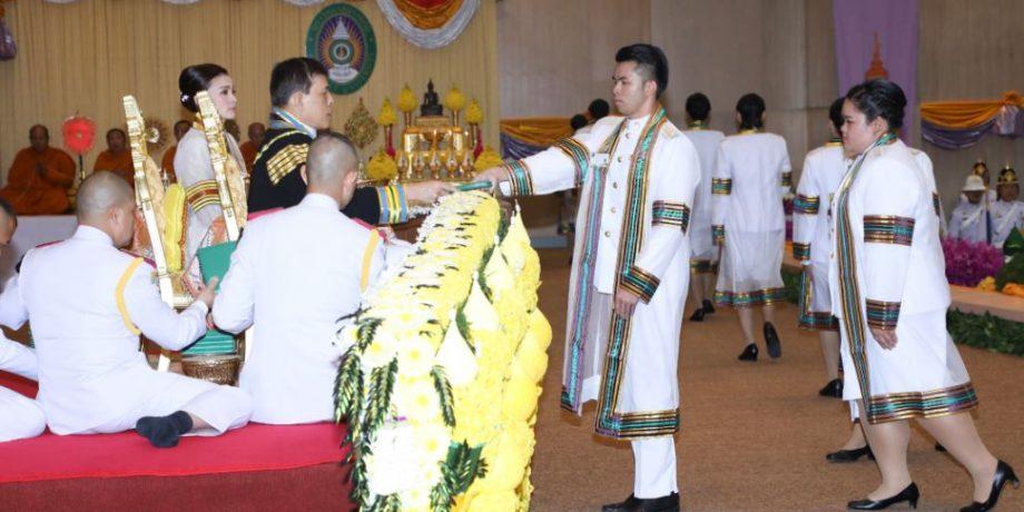 พระบาทสมเด็จพระเจ้าอยู่หัว และสมเด็จพระนางเจ้า ฯ พระบรมราชินี เสด็จพระราชดำเนินไปพระราชทานปริญญาบัตรแก่ผู้สำเร็จการศึกษาจากมหาวิทยาลัยราชภัฏชัยภูมิ และมหาวิทยาลัยราชภัฏอุดรธานี