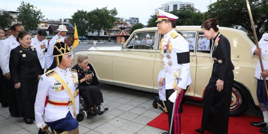 พระบาทสมเด็จพระเจ้าอยู่หัว และสมเด็จพระนางเจ้า ฯ พระบรมราชินี เสด็จพระราชดำเนินไปในการพระราชทานเพลิงศพ พลอากาศเอก กำธน สินธวานนท์