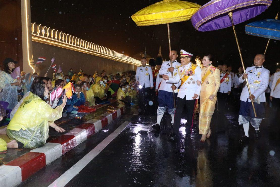 ในหลวง-พระราชินี ทรงพระดำเนินเยี่ยมราษฎรกลางสายฝน