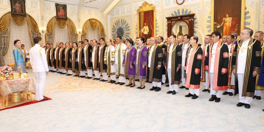 วันที่ 14 ตุลาคม 2563 เวลา 21.18 น. พระบาทสมเด็จพระเจ้าอยู่หัว และสมเด็จพระนางเจ้า ฯ พระบรมราชินี เสด็จออก ณ พระที่นั่งอัมพรสถาน พระราชวังดุสิต พระราชทานพระบรมราชวโรกาสให้ ผู้ช่วยศาตราจารย์จรูญ ถาวรจักร์ อธิการบดีมหาวิทยาลัยราชภัฏอุดรธานี ประธานที่ประชุมอธิการบดีมหาวิทยาลัยราชภัฏ นำ นายกสภามหาวิทยาลัยราชภัฏทั่วประเทศ 38 แห่ง และนายกสภามหาวิทยาลัยสวนดุสิต เฝ้าทูลละอองธุลีพระบาท ทูลเกล้าทูลกระหม่อมถวายครุยวิทยะฐานะแด่สมเด็จพระนางเจ้า ฯ พระบรมราชินี จำนวน 19 สาขา รวม 39 ชุด