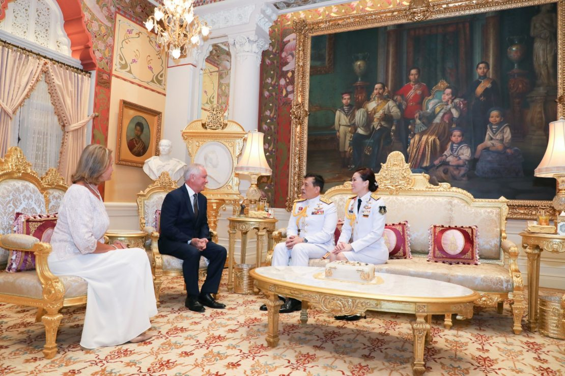 พระบาทสมเด็จพระเจ้าอยู่หัว และสมเด็จพระนางเจ้า ฯ พระบรมราชินี พระราชทานพระบรมราชวโรกาสให้ เอกอัครราชทูตต่างประเทศประจำประเทศไทย เฝ้าทูลละอองธุลีพระบาท กราบบังคมทูลลา ในโอกาสที่พ้นจากตำแหน่งหน้าที่