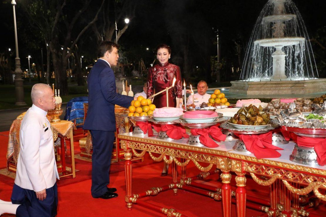 พระบาทสมเด็จพระเจ้าอยู่หัว และสมเด็จพระนางเจ้า ฯ พระบรมราชินี ทรงประกอบพิธีสังเวยพระป้าย เนื่องในเทศกาลตรุษจีน พุทธศักราช 2564