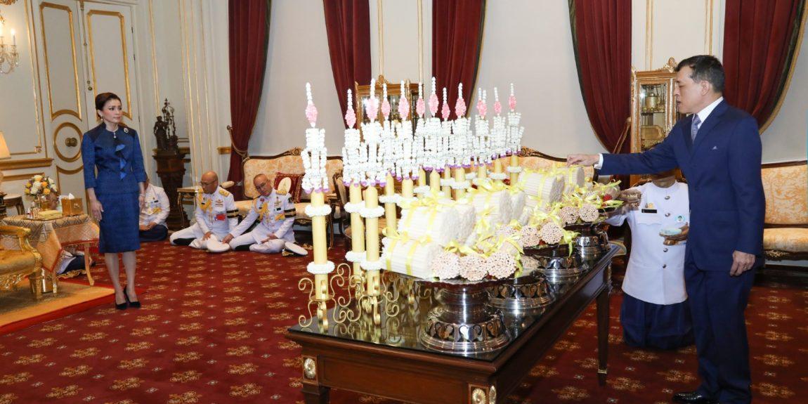 พระบาทสมเด็จพระเจ้าอยู่หัว และสมเด็จพระนางเจ้า ฯ พระบรมราชินี เสด็จออก ณ พระที่นั่งอัมพรสถาน พระราชวังดุสิต ทรงเจิมเทียนรุ่ง เนื่องในพระราชพิธีทรงบำเพ็ญพระราชกุศลมาฆบูชา