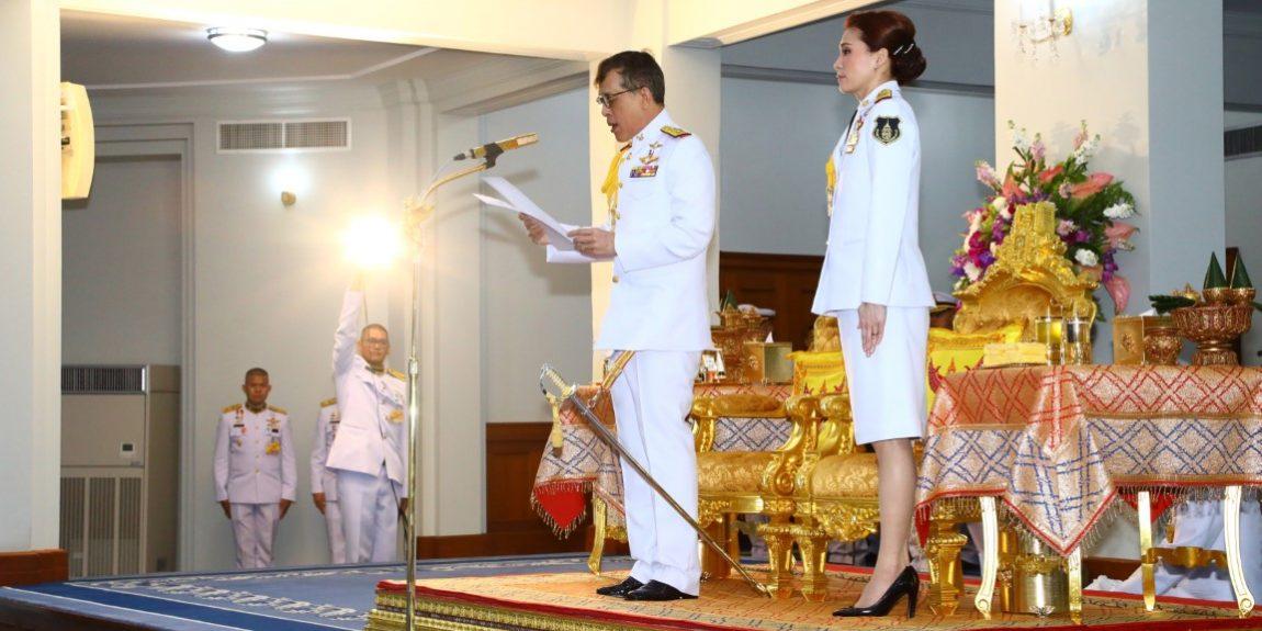 พระบาทสมเด็จพระเจ้าอยู่หัว และสมเด็จพระนางเจ้า ฯ พระบรมราชินี พระราชทานพระบรมราชวโรกาสให้ พลเอก ประยุทธ์ จันทร์โอชา นายกรัฐมนตรีและรัฐมนตรีว่าการกระทรวงกลาโหม นำ นายทหารชั้นนายพล และนายตำรวจชั้นนายพล ที่ได้รับพระราชทานยศ เฝ้าทูลละอองธุลีพระบาท ถวายสัตย์ปฏิญาณ