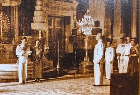 หัวหน้าคณะทูตานุทูตกราบบังคมทูลถวายพระพรชัยมงคล เนื่องในการที่ได้ทรงประกอบพระราชพิธีราชาภิเษกสมรส ณ ท้องพระโรงกลาง พระที่นั่งจักรีมหาปราสาท ๒๙ เมษายน ๒๔๙๓