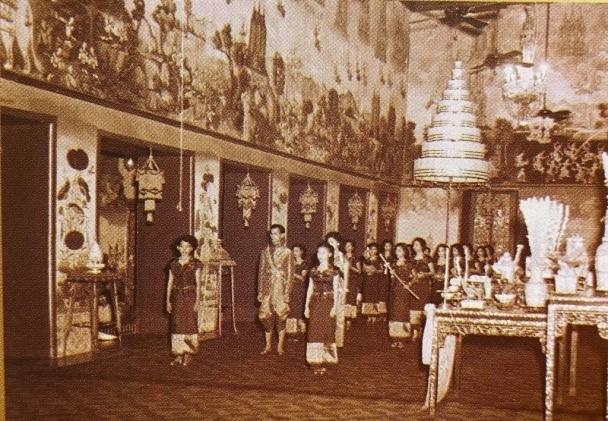 พระบาทสมเด็จพระเจ้าอยู่หัว และสมเด็จพระนางเจ้า ฯ พระบรมราชินี เสด็จออกจากพระที่นั่งไพศาลทักษิณ โดยมีริ้วกระบวนเชิญเครื่องเฉลิมพระราชมณเฑียรและเครื่องราชูปโภค ซึ่งเชิญโดยพระราชวงศ์ฝ่ายใน นำและตามเสด็จ