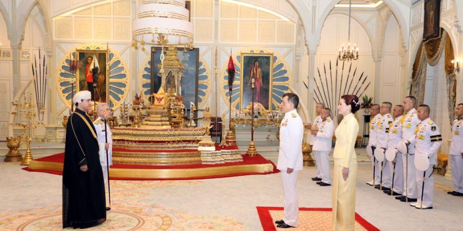 พระบาทสมเด็จพระเจ้าอยู่หัว และสมเด็จพระนางเจ้า ฯ พระบรมราชินี เสด็จออก ณ พระที่นั่งอัมพรสถาน พระราชทาน พระบรมราชวโรกาสให้ เอกอัครราชทูตต่างประเทศประจำประเทศไทย เฝ้าทูลละอองธุลีพระบาท ถวายพระราชสาส์นตราตั้ง และอักษรสาสน์ตราตั้ง