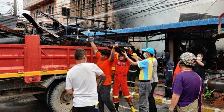 จิตอาสาพระราชทานจังหวัดอุทัยธานี ร่วมกับสำนักงานป้องกันและบรรเทาสาธารณภัย ช่วยเหลือผู้ประสบอัคคีภัย ณ บ้านเลขที่ 103 หมู่ที่ 1 ตำบลทัพทัน อำเภอทัพทัน จังหวัดอุทัยธานี