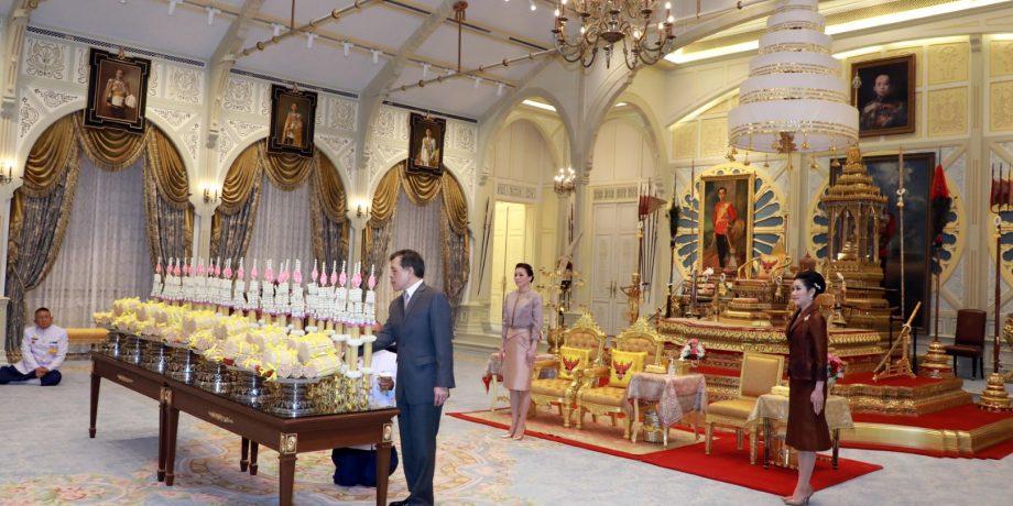 พระบาทสมเด็จพระเจ้าอยู่หัว ทรงเจิมเทียนรุ่งที่ทรงพระราชอุทิศถวายพระอารามหลวง เนื่องในพระราชพิธีทรงบำเพ็ญพระราชกุศลวิสาขบูชา และเนื่องในวันถวายพระเพลิงพระพุทธเจ้า ประจำปี 2564