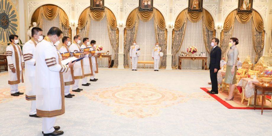 พระบาทสมเด็จพระเจ้าอยู่หัว และสมเด็จพระนางเจ้า ฯ พระบรมราชินี เสด็จออก ณ พระที่นั่งอัมพรสถาน พระราชวังดุสิต พระราชทานพระบรมราชวโรกาสให้ นายกสภามหาวิทยาลัยเทคโนโลยีราชมงคลธัญบุรี และคณะผู้บริหาร เฝ้าทูลละอองธุลีพระบาท ทูลเกล้าทูลกระหม่อมถวายปริญญา แด่พระบาทสมเด็จพระเจ้าอยู่หัว และสมเด็จพระนางเจ้า ฯ พระบรมราชินี