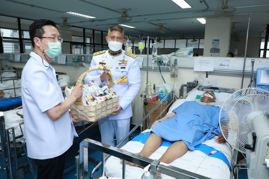 พระบาทสมเด็จพระเจ้าอยู่หัว และสมเด็จพระนางเจ้า ฯ พระบรมราชินี ทรงพระกรุณาโปรดเกล้าโปรดกระหม่อมให้เชิญแจกันดอกไม้และตะกร้าสิ่งของพระราชทานไปมอบแก่ผู้ได้รับบาดเจ็บและเข้ารักษาพยาบาล ณ โรงพยาบาลต่าง ๆ