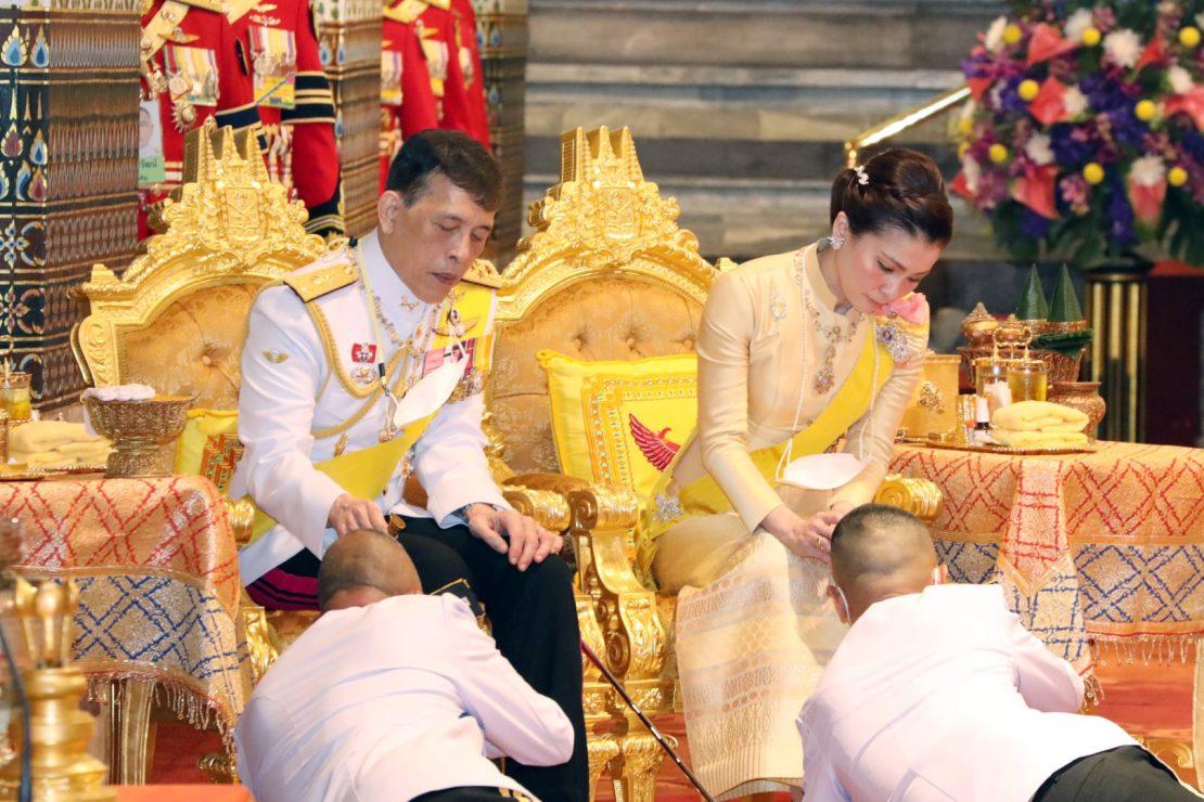 วันนี้ เวลา 17.41 น. พระบาทสมเด็จพระเจ้าอยู่หัว และสมเด็จพระนางเจ้า ฯ พระบรมราชินี เสด็จพระราชดำเนินโดยรถยนต์พระที่นั่ง พร้อมด้วยสมเด็จพระเจ้าลูกเธอ เจ้าฟ้าพัชรกิติยาภา นเรนทิราเทพยวดี กรมหลวงราชสาริณีสิริพัชร มหาวัชรราชธิดา และเจ้าคุณพระสินีนาฏ พิลาสกัลยาณี จากพระที่นั่งอัมพรสถาน พระราชวังดุสิต ไปในการพระราชพิธีทรงบำเพ็ญพระราชกุศลเนื่องในวันคล้ายวันสวรรคตพระบาทสมเด็จพระบรมชนกาธิเบศร มหาภูมิพลอดุลยเดชมหาราช บรมนาถบพิตร พุทธศักราช ๒๕๖๔ ณ พระที่นั่งอมรินทรวินิจฉัย พระบรมมหาราชวัง